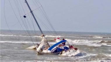 La embarcación encallada en playas de Puerto Velero.