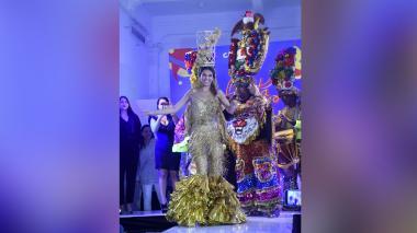 Presentan vestido confeccionado por la Escuela Distrital de Artes, para la reina Carolina Segebre