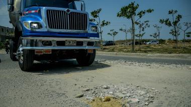 Un camión pasa por uno de los huecos que tiene el puente de 7 de Abril.