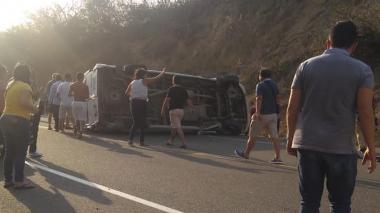 La van quedó volcada en medio de la vía.