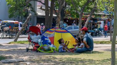Venezolanos, a la intemperie en el bulevar de Simón