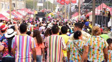 Al finalizar el desfile, la muchedumbre carnavalera se movilizó por la Vía 40 en camino a la salida.