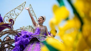 La reina del Carnaval de Barranquilla, Carolina Segebre, desfiló a bordo de la carroza 'Ciudad Dorada', elaborada por el artesano Rubiel Badillo.