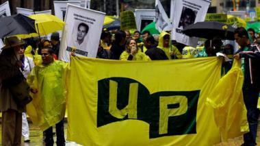 Manifestantes hacen un homenaje a los miembros de la UP que fueron asesinados.