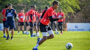 Gabriel Fuentes durante una práctica con Junior.