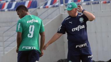 Luiz Felipe Scolari habló con Borja al inicio de la práctica de ayer en el Romelio.