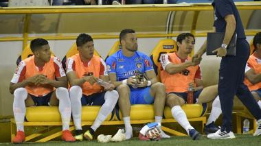 David Murillo, Enrique Serje, José Luis Chunga y Matías Fernández en el banco local del