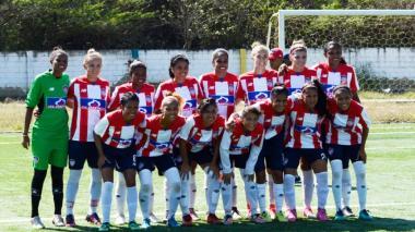 Gran parte del plantel de jugadoras del equipo femenino de Junior en el estadio de Puerto Colombia