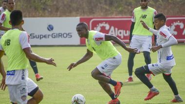 Daniel Moreno (centro), que hoy jugará de titular por el sector derecho, elude la marca de Gabriel Fuentes durante una práctica.