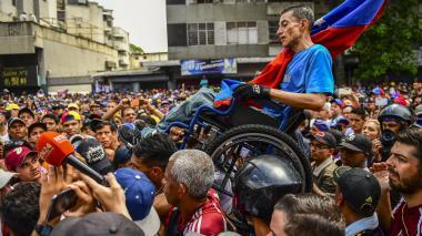 Miles de opositores y chavistas marchan bajo tensión y caos por apagón en Venezuela