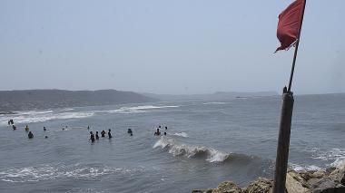 Bañistas en playas de Atlántico no acatan advertencias sobre fuerte oleaje