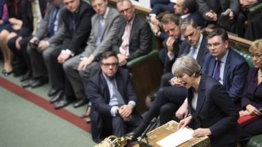 """May vuelve a la carga con su acuerdo de Brexit y amenaza con un """"largo"""" aplazamiento"""