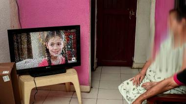 Carmen Luna y su esposo Alfredo Barandica se sientan todas las tardes a ver la telenovela 'Elif'.