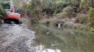 Una trituradora al fondo. La explotación minera está afectando el río, solo queda un hilo de agua.