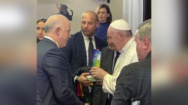 Momentos en el que Christian Daes, presidente de Tecnoglass, le entrega al Papa el monumento.
