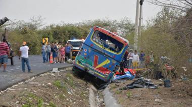 En video | Diez heridos en accidente entre furgón y bus en la vía Oriental