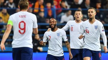 Sterling celebra su tanto con el goleador Harry Kane.