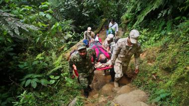 Momento en que el turista colombiano es auxiliado por los uniformados.