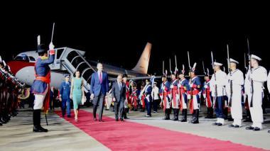 Imprevisto en la llegada de los reyes de España a Argentina: no había escalera para bajar del avión