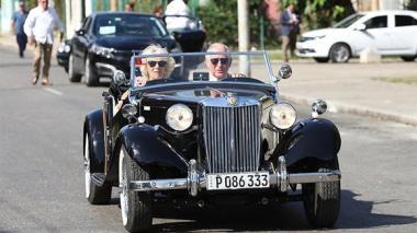 El heredero de la corona británica conduce un carro antiguo por las calles de La Habana. Lo acompañó su esposa Camila, duquesa de Cornualles.