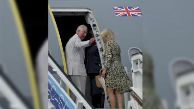 Príncipe Carlos se despide de La Habana preparando un mojito y moliendo caña