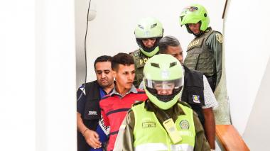 Manuel Gregorio Villafañes a la salida de los juzgados en Sabanalarga.