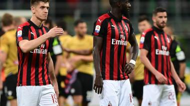 Jugadores del Milan lamentando el empate en casa.