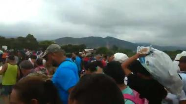 En video | Venezolanos en Colombia rompen barreras de seguridad y cruzan a su país con comida