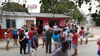 Atracan a equipo comercial de Electricaribe y a dos periodistas en el barrio Los Olivos