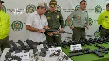 El alcalde Alejandro Char sostiene parte de un fusil hallado en El Valle.
