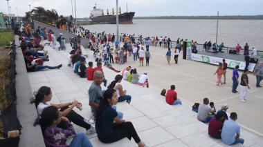 Con bandera humana celebran cumpleaños de Barranquilla