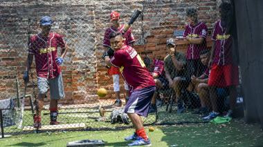 Uno de los receptores de la novena de los Spartans, Julián Villalobos, entrenando su poder con el madero.