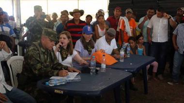 Autoridades de Córdoba y los campesinos durante la entrega de ayudas.
