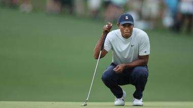 Tiger Woods celebra tras completar el hoyo 15.