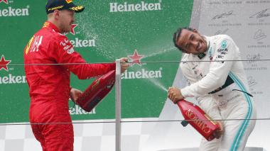 Lewis Hamilton, en el podio del Gran Premio de China, se baña de gloria con el el alemán Sebastian Vettel.