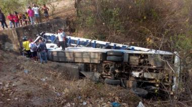 Una buseta se volcó en Zona Bananera: cinco heridos