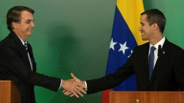 El mandatario de Brasil, Jair Bolsonaro saluda a Juan Gauidó, presidente encargado de Venezuela.