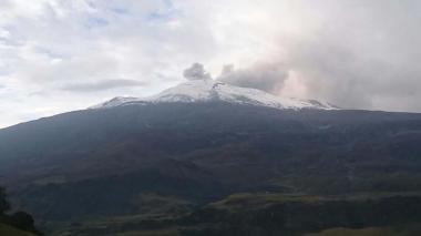 Volcán Nevado del Ruiz registra sismos por leve emisión de ceniza