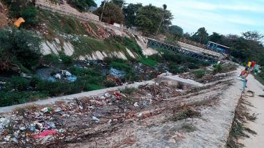 Llamado a la comunidad para no seguir lanzando basuras en los arroyos