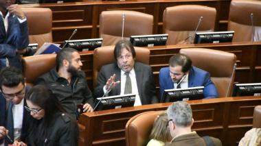 El representante César Lorduy (c) dialoga con el senador Arturo Char tras una de las sesiones en el Congreso.