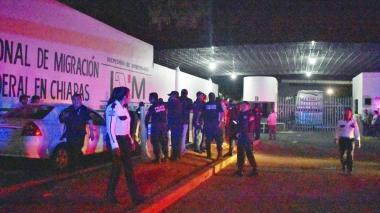 Migrantes cubanos esperan noticias de familiares tras fuga masiva en sur de México