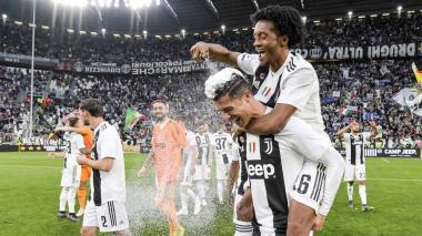 Juan Guillermo Cuadrado festejando el título de la Serie A con Cristiano Ronaldo