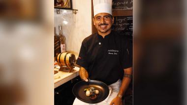 El chef Randy Siles, de 37 años, presenta un plato de su autoría.