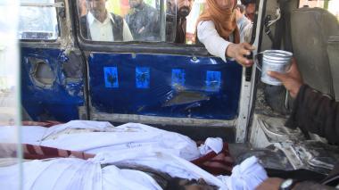 Varios cuerpos son subidos a un vehículo tras el ataque de talibanes con carrobomba a una estación de policía.