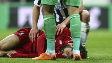 Salah lesionado en el juego ante Newcastle.