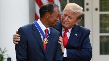 El presidente Trump felicita a Tiger Woods tras recibir la Medalla Presidencial de la Libertad.