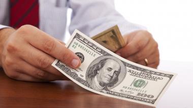 Un billete de 100 dólares, moneda que se ha fortalecido a nivel mundial.