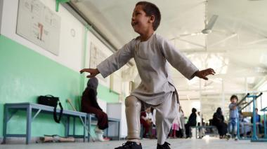 En video | La tierna reacción de un niño afgano que estrena pierna tras sufrir amputación