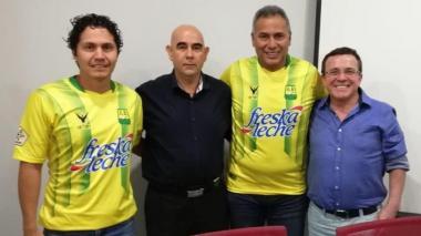 Directivos del club junto a Hernán Torres.