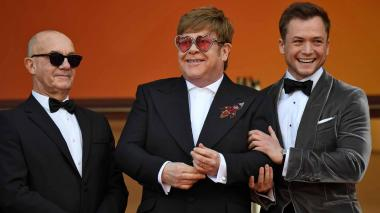 Bernie Taupin, Elton John y el actor Taron Egerton en la alfombra roja.